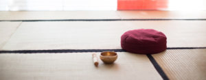 Meditation und Training in Berlin - Kissen mit Klangschale im Dojo Lychener Str.73, Berlin
