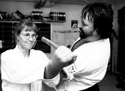 Åsa Scherrer und Urban Aldenklint. Aikido Tanto Messerabwehr. Foto: Magnus Hartman.