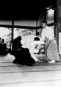Doshu Kisshomaru Ueshiba, 1921-1999. Aikido zwei Angreifer.