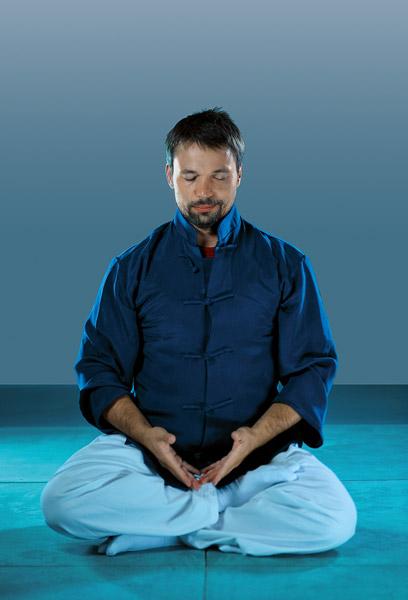 Meditation Atmung mit Mudra und gesammelt auf dei Atmung