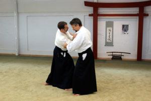 """Samstag Morgen: Wie erforschen weiterhin """"Irimi"""" und """"Kuzushi"""" (Nehmen des Gleichgewichts) bei unterschiedlichen Angriffen."""