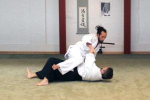 """Bewege Dich vom Zentrum aus (wie üblich) und erreiche das Ukes Gleichgewicht von Dir abhängig wird mit Hilfe von """"Aiki Age"""" und """"Irimi""""."""