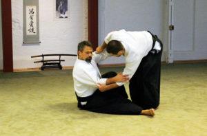 Anwendung von Irimi und Entspannung in einer Judo-artigen Technik.