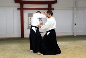 """Angriffsform is """"Jodan Tsuki"""" (Fastangriff zum Kopf). Der Eingang sollte unmittelbar den Stand des Angreifers beeinflussen, ihn so für """"Atemi"""" öffnen und seinen Handlungspielraum einschränken."""