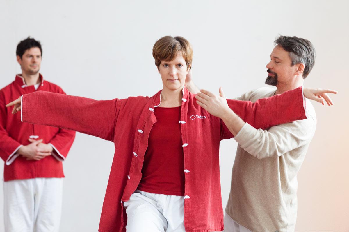 Qigong-Körperhaltung und helfende Korrektur