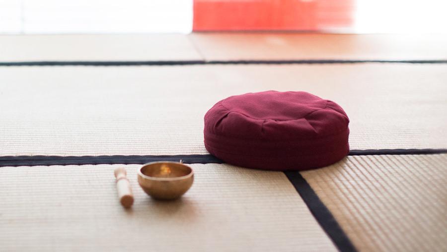 Meditation in Berlin - Kissen mit Klangschale im Dojo